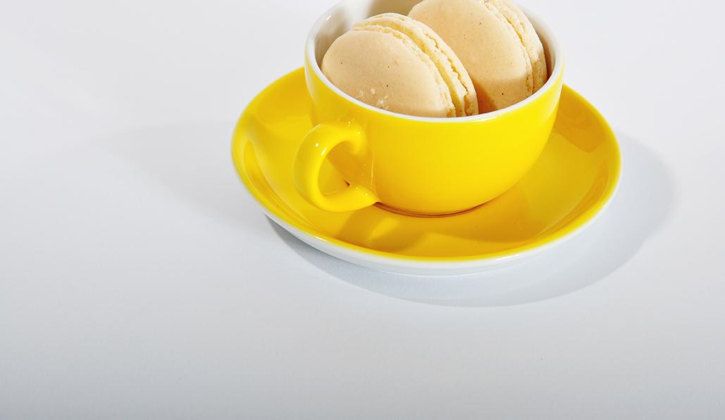 Tasse jaune Dibbern et macarons vanille